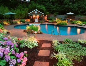 St. Louis landscape lighting integrated with pool lighting